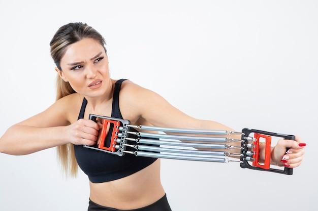Ritratto di donna in forma formazione con strumento palestra.