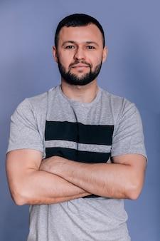 Ritratto di un insegnante di yoga uomo fitness su sfondo grigio. distogliere lo sguardo