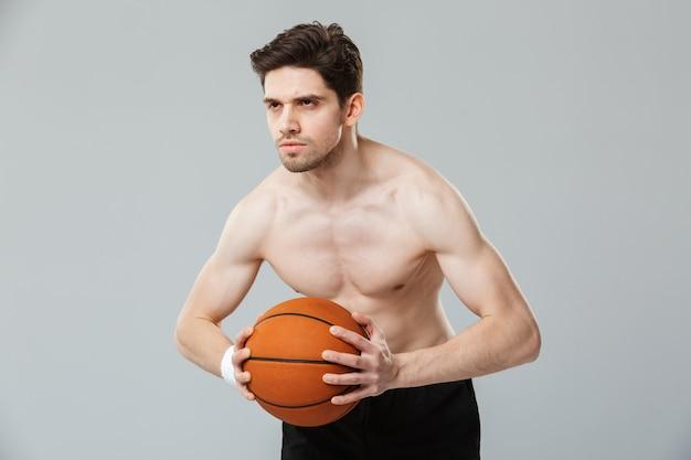 Ritratto di uno sportivo mezzo nudo giovane concentrato