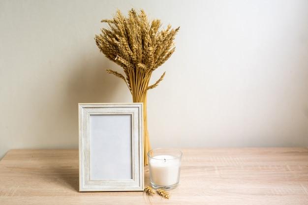 Cornice verticale mock up con fiori secchi sul tavolo di legno. foto di alta qualità