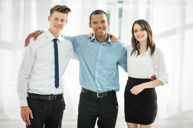 Ritratto di amichevole squadra di affari sullo sfondo dell'ufficio