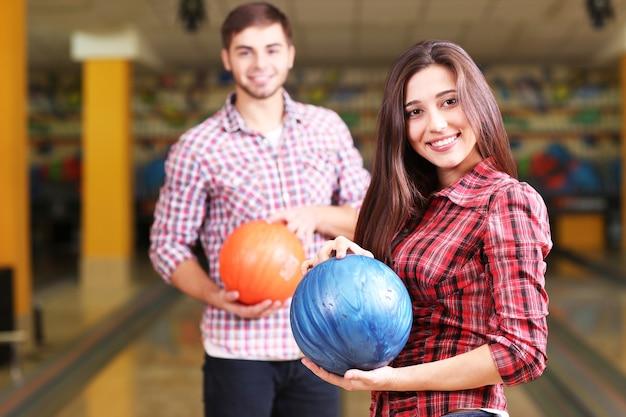 Ritratto di amici nel bowling club