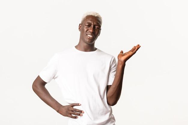 Ritratto di uomo biondo afroamericano frustrato e infastidito, discutendo e lamentandosi di qualcosa di brutto