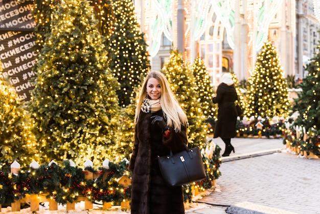 Ritratto in piena crescita, bella donna russa in un cappotto di visone sulla piazza rossa a mosca nel periodo natalizio