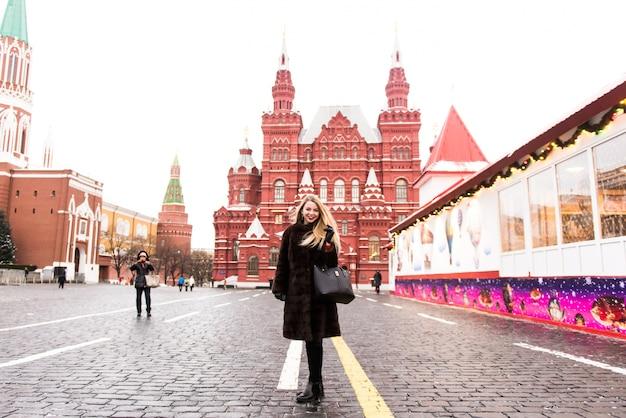 Ritratto in piena crescita, bella donna russa in un cappotto di visone sulla piazza rossa di mosca