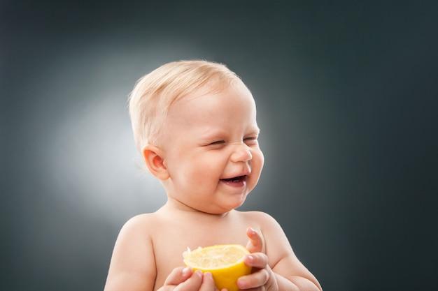 Ritratto di un bambino divertente con gli occhi strabici al limone
