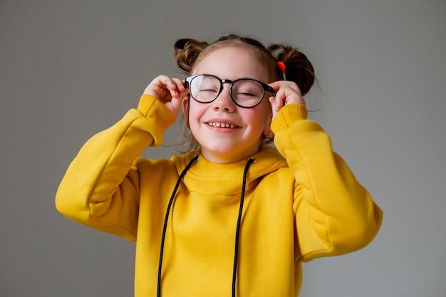 Ritratto di una bambina carina e divertente che studia molto un bambino stanco delle attività scolastiche