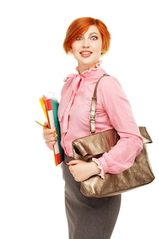 Ritratto dell'insegnante femminile divertente o dell'allievo che tiene i dispositivi di piegatura e della borsa isolati su bianco