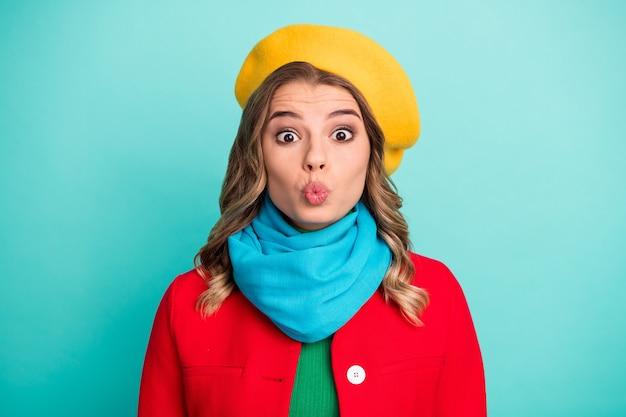 Ritratto di divertente funky affascinante bella ragazza godersi la vacanza di san valentino inviare bacio dell'aria indossare un bell'aspetto vestiti di stagione invernale isolati sopra priorità bassa di colore verde acqua