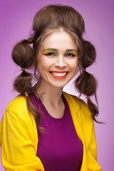 Ritratto di donna sorridente divertente