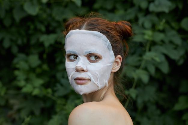 Ritratto di una maschera cosmetica ragazza aspetto interessato e primo piano cosmetologia acconciatura alla moda