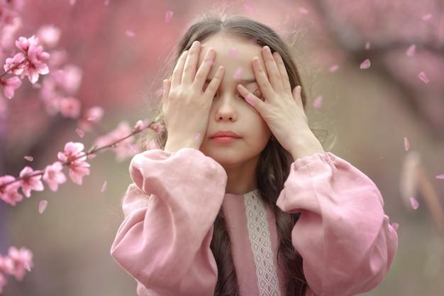 Ritratto di una ragazza in un giardino con alberi di rose