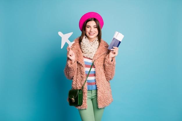 Ritratto di ragazza che tiene in mano documenti carta carta aereo