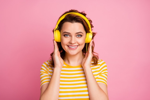 Ritratto di ragazza che ascolta musica diversa rock roll isolato su sfondo rosa color pastello