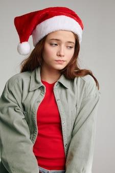 Ritratto di una ragazza con un cappello rosso con un pompon natale capodanno divertenti vacanze