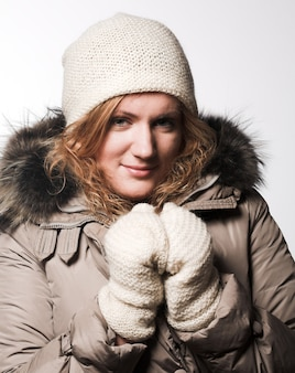 Ritratto della ragazza che indossa abiti invernali