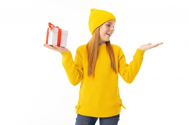 Ritratto di una ragazza con un regalo in una mano