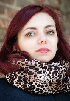 Ritratto di una ragazza con una sciarpa leopardata al collo