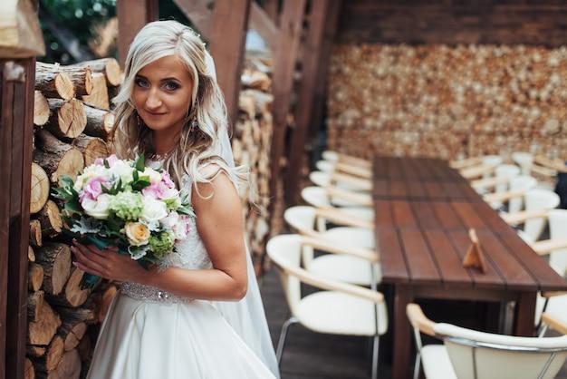 Ritratto della sposa splendida con un mazzo di nozze