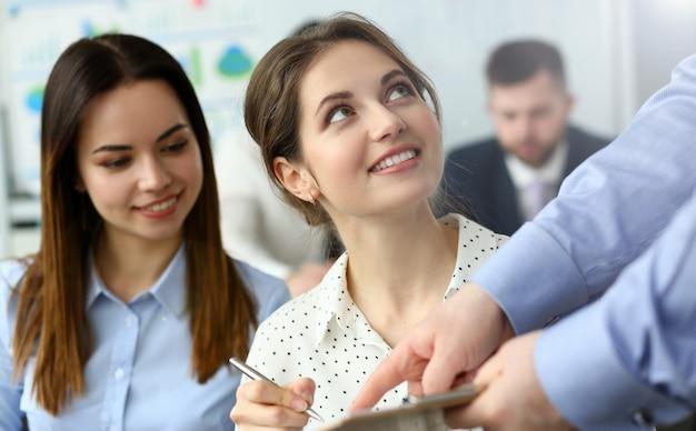 Ritratto di splendida fmeale discutendo importante progetto di business con smart manager in camicia di classe con grande gioia e concentrazione. concetto di riunione aziendale