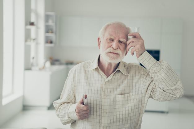 Ritratto di un nonno in soggiorno