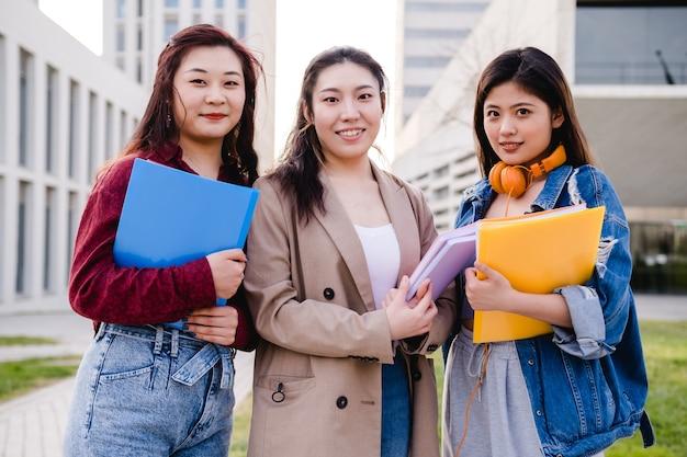 Ritratto di un gruppo di studenti universitari asiatici