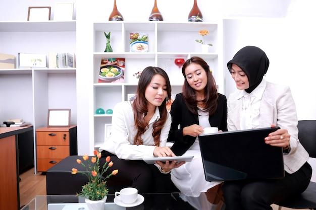 Ritratto di un gruppo di imprenditrici riuniti in ufficio