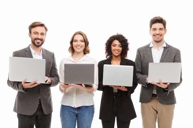 Ritratto di un gruppo di uomini d'affari multirazziali felici