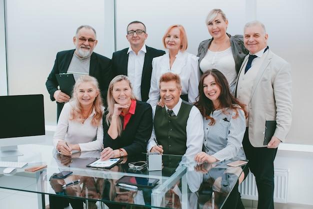 Ritratto di un gruppo di professionisti di primo piano sul posto di lavoro in ufficio.