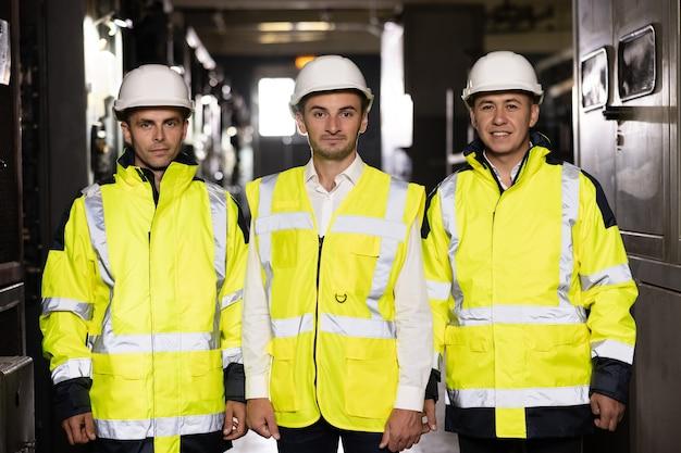 Ritratto di un gruppo di ingegneri professionisti del settore delle telecomunicazioni sorride e guarda la telecamera