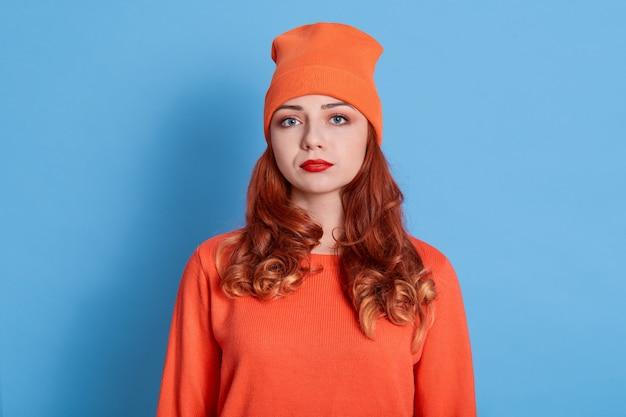 Ritratto di donna lunatica scontrosa in cappello e maglione caldo
