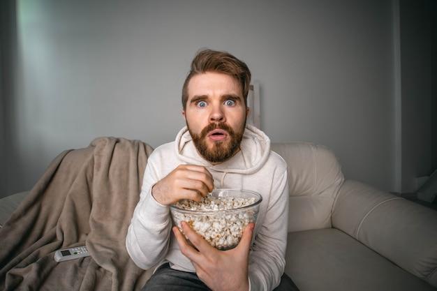 Ritratto di un ragazzo che guarda le serie tv online. cinema online e concetto di servizio di streaming video.