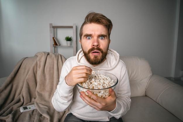 Ritratto di un ragazzo che guarda serie tv online cinema online e concetto di servizio di streaming video