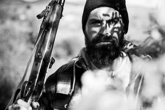 Ritratto di un cacciatore pazzo. cacciatore con fucile da caccia a caccia. uomo con fucile da caccia.