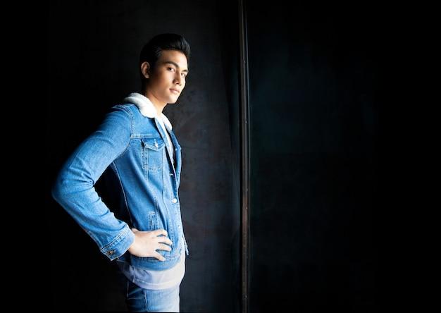 Ritratto di un bel ragazzo asiatico con una giacca di jeans