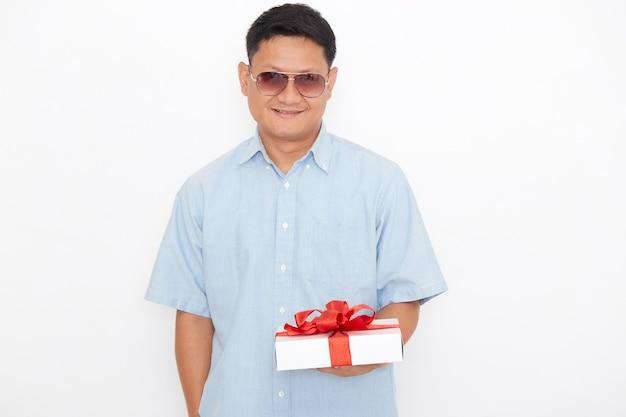 Ritratto del contenitore di regalo asiatico bello della tenuta dell'uomo