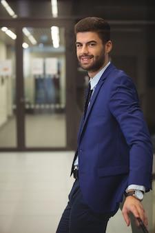 Ritratto di uomo d'affari bello in piedi