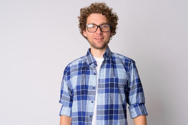 Ritratto di uomo bello hipster con capelli ricci su bianco