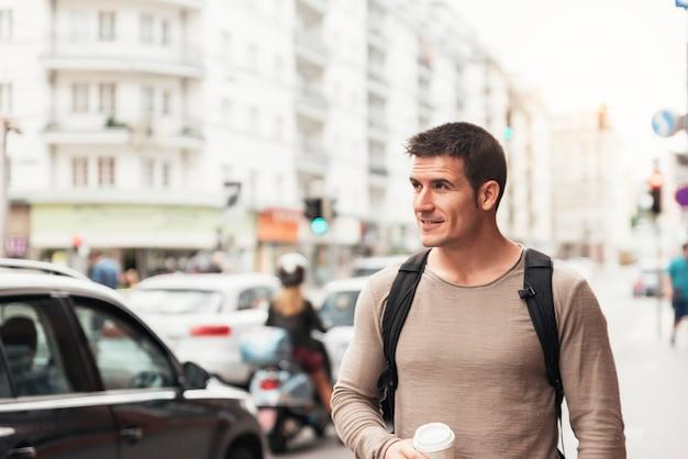 Ritratto di bell'uomo che cammina per strada. concetto di stile di vita.