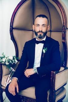 Ritratto di un bell'uomo in abito da sposa. persone ed eventi