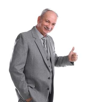 Ritratto di un uomo anziano bello in un vestito di affari che dà il pollice in su
