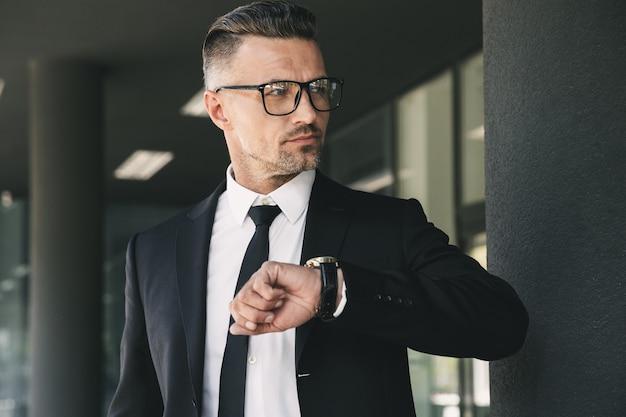 Ritratto di un bel giovane uomo d'affari