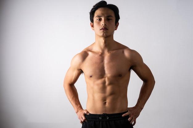 Ritratto di un bel giovane con pelle e muscoli puliti