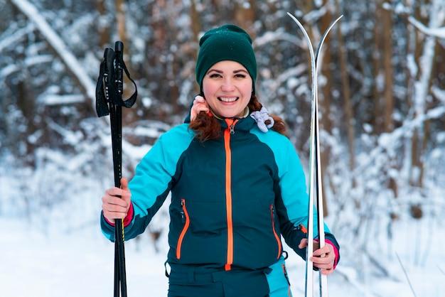 Ritratto di sci attivo felice bella giovane donna