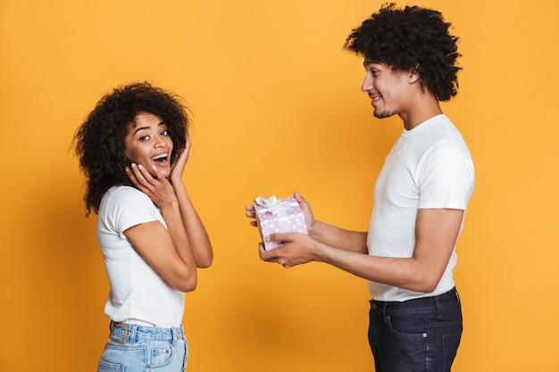 Ritratto di un uomo africano felice che dà la sua ragazza