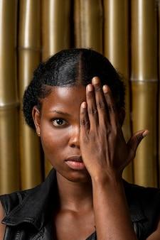 Ritratto di donna africana felice
