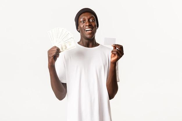 Ritratto di ragazzo cool afro-americano felice e stupito