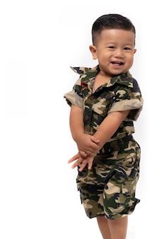 Ritratto del ragazzo asiatico felice su bianco