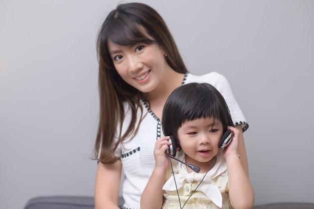 Un ritratto di felice mamma e figlia asiatiche