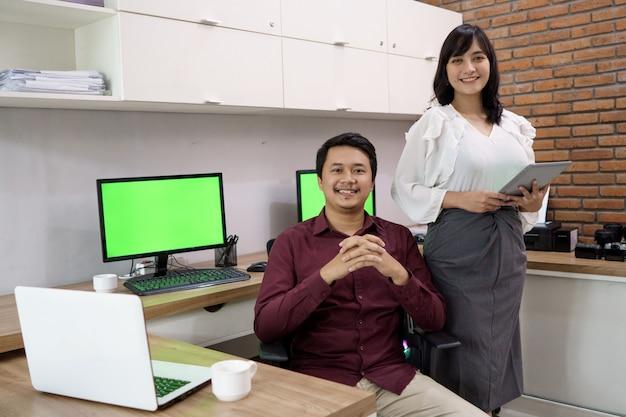 Ritratto di uomo d'affari felice e donna. mostra fiducia pronta a lavorare